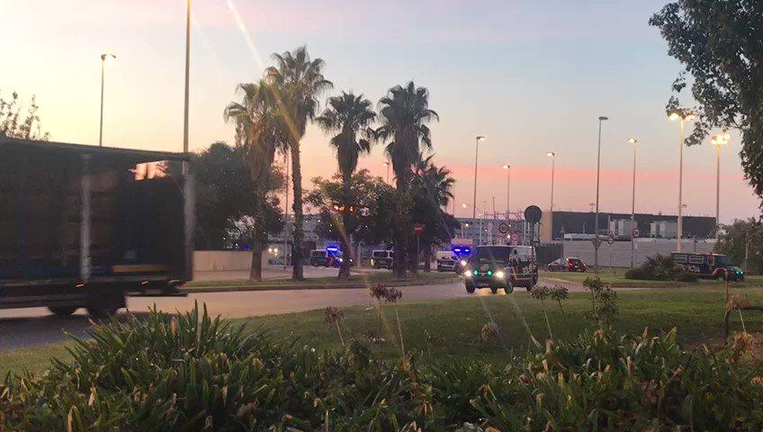 Furgons de la policia espanyola comencen a sortir del Port de Barcelona. Vídeo: @laiacopa https://t.co/8zYe758FiS
