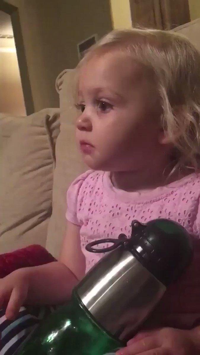 طفلة تشاهد مقطع لفلم كرتون فيه ديناصور سقط وضاع عن أمه فبكت حزناً عليه... المقطع أتاه 800 مليون مشاهد حتى الآن https://t.co/00VVPGikI1