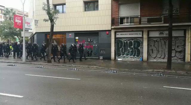 DIRECTO | Llegan los antidisturbios a la Escola Ramon Llull https://t.co/YC5BopqMr9  [Carles Garfella] https://t.co/JHR01RfA46