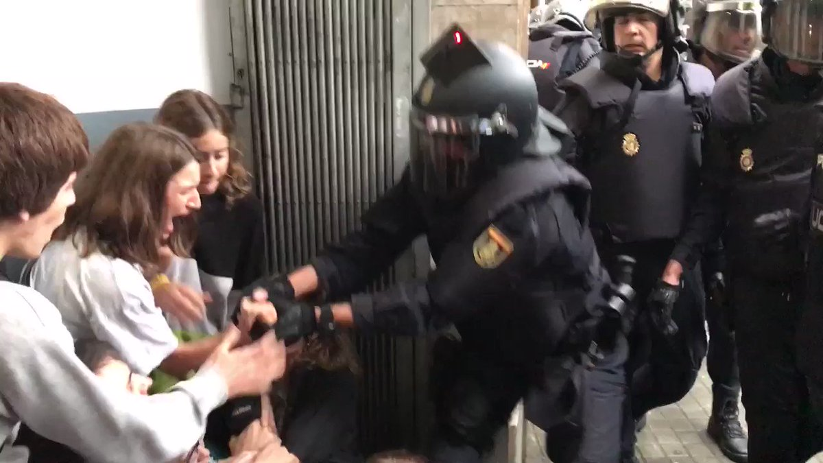 Izbili sukobi na biralištima u Kataloniji: Policija čekićima na birališta i gumenim mecima na građane, povrijeđeni traže pomoć (video)