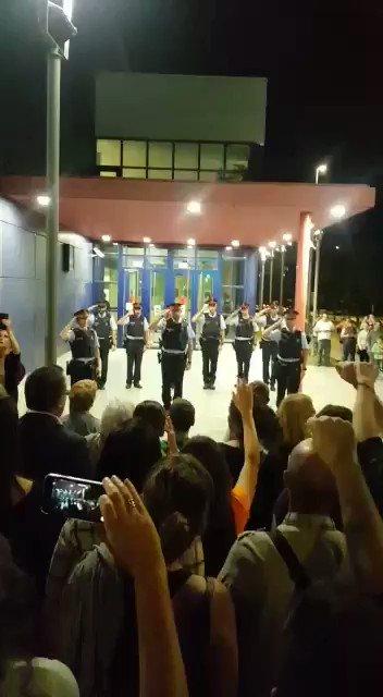 Este vídeo de los Mossos en Mataró el 2 de octubre, cuadrados y saludando a la multitud mientras se cantaba Els Segadors, fue chocante en su momento. Ahora lo es incluso más, con lo que hemos aprendido después. Via @SERCatalunya