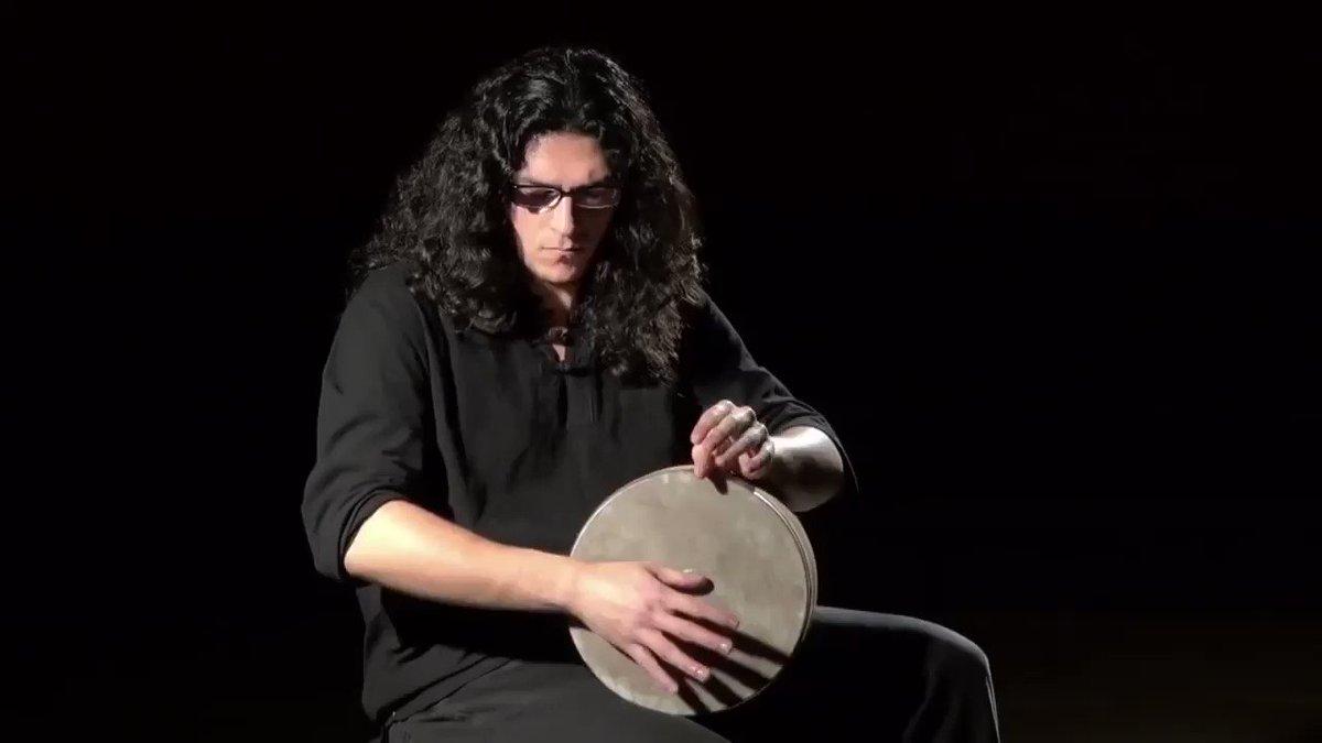 世界の打楽器動画には「凄すぎて何やってるのか理解できない」ものがよくありますが、イランの伝統楽器トンバクはその極北と言えます。手元を良く見て下さい、拳で叩く、擦る、押さえる、指パッチン、ロール、など様々な技術が詰め込まれています。現代的なリズムもこんなにカッコよく叩ける!