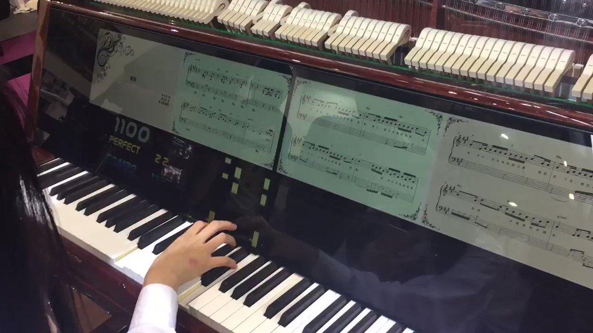 ちなみにこちらは音ゲーのように練習できるモード。伴奏部分は自動演奏で鍵盤が動く。 https://t.co/p97uThi60y