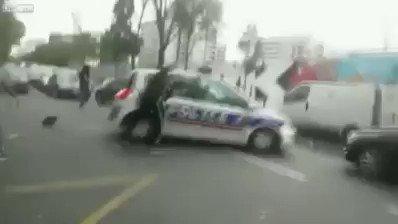 🎥Vemos a musulmanes atacando a la #Polic...