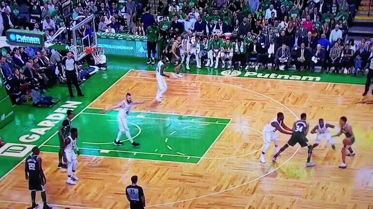 Giannis is so unique Aron Baynes had no idea this went in. https://t.co/28iwUt0Lrf