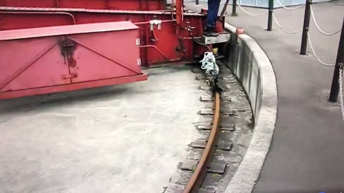 【I love 鉄道】 北海道の小樽市総合博物館に実働保存されているターンテーブルの駆動方法は、なんと尺取り虫方式! この方法を考えた技術者はロマンチックだなぁ。ずっと見てられる。。。 (2008年撮影)