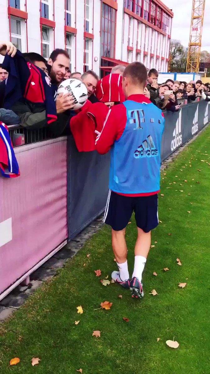 @FCBayern Auch Joshua #Kimmich nimmt sich nach dem #Training Zeit für...