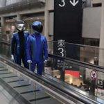 出荷(?)されていくMOTOBOT君1号2号。動く歩道でよそ見しちゃダメですよ🙅#東京モーターショー…