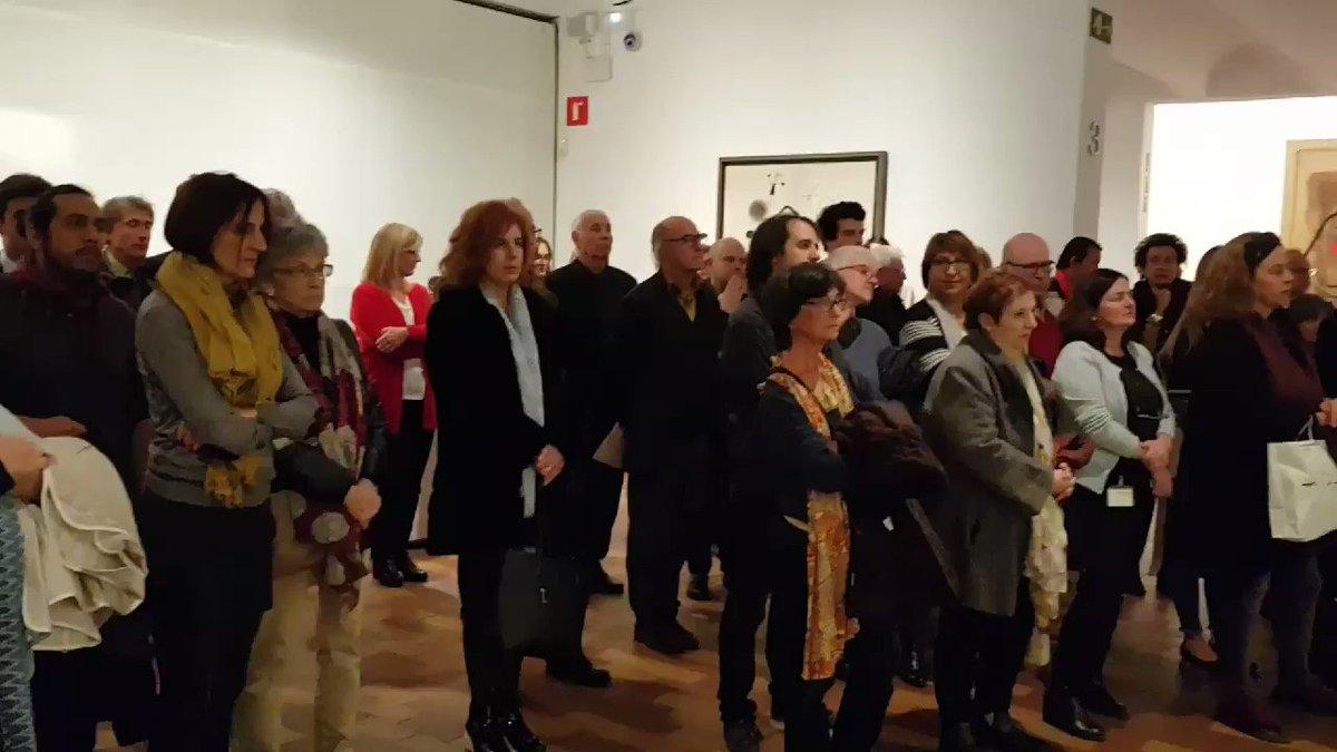 """Per acabar la presentació de #MiróMusic, @limnosquartet interpreta """"White Isolation"""" del compositor @alexcassanyes davant de l'obra que va inspirar la peça, el tríptic """"Pintura sobre fons blanc per a la cel•la d'un solitari"""" de #JoanMiró"""