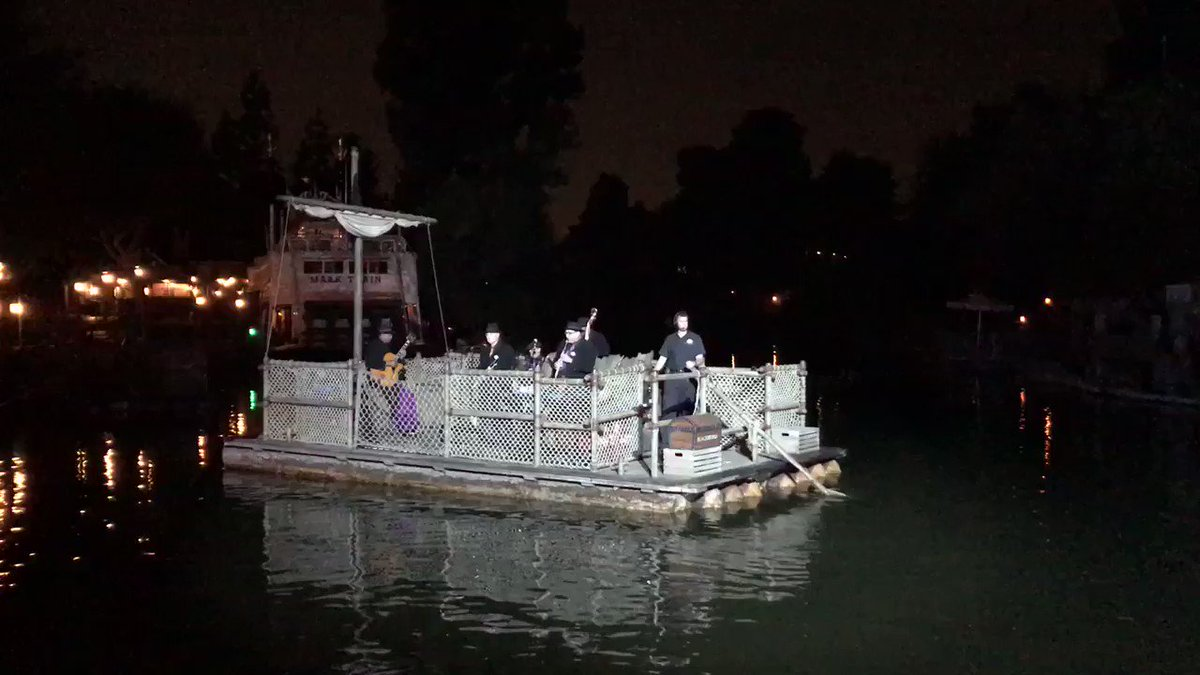 RT @WDWNT: Royal Street Bachelors performing on Rivers of America https://t.co/7AiHT1zCHX