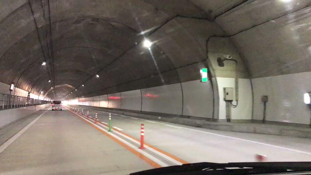 #近いよ米沢 長ーーい!! まだ終わらないと思ってたら、途中で5キロ4キロ地点の文字が!え?!!!やっぱり長い?! 調べたら「栗子トンネル」東北最長のトンネルらしい。 やっぱりー!