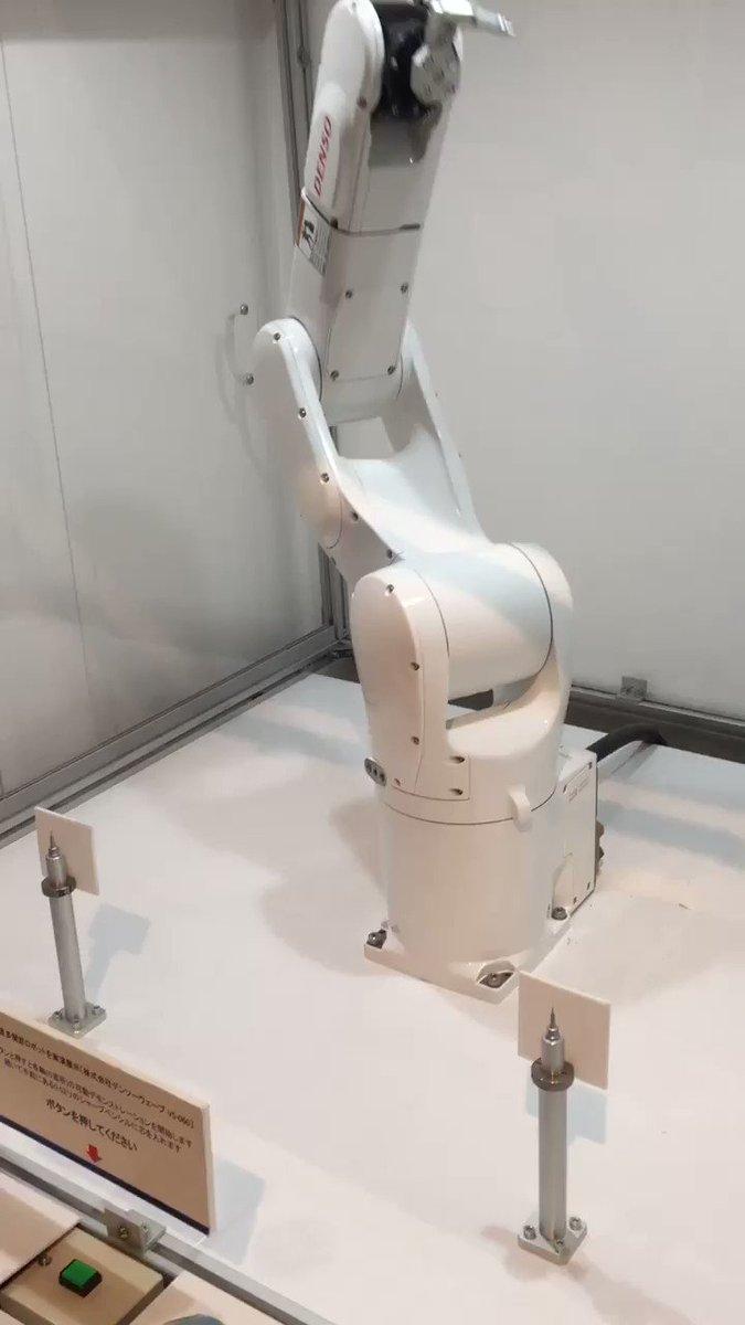 デンソーのロボット。0.5mmのシャー芯を、シャーペンに逆から刺す✒️ pic.twitter.com/vjPfpZtYfT