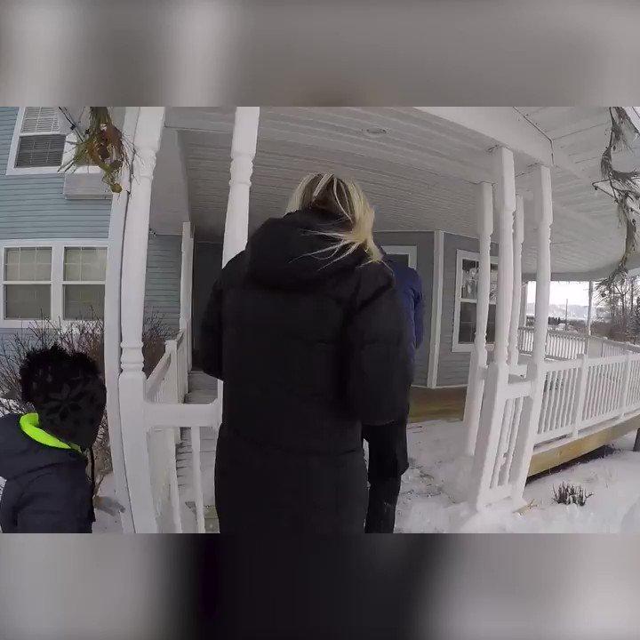 Пятничная милота:  Родители вместе с детьми нашли замёрзшего котёнка среди снега, отогревали его целый час, и с тех пор, уже выросший кот никогда не отходит от папы