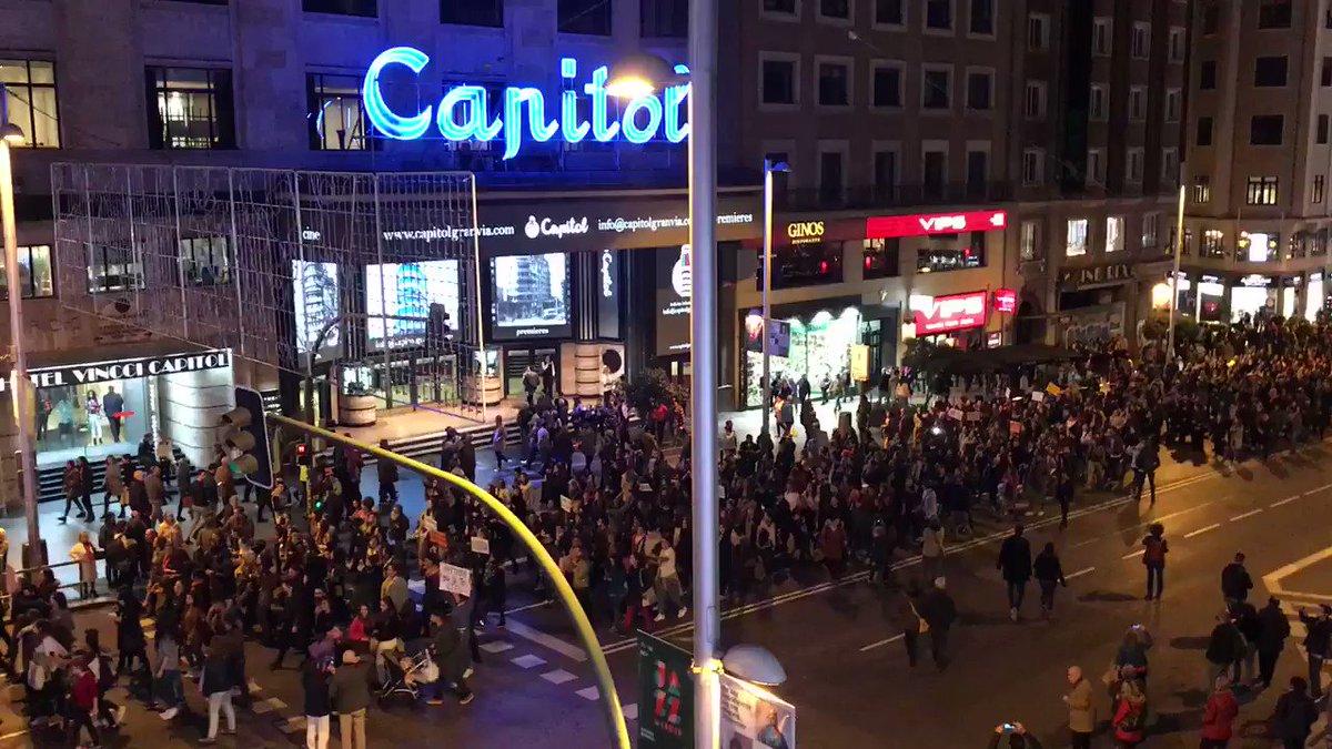 Larguísima columna feminista por Gran Vía, en Madrid. #LaManadaSomosNosotras #YoSíTeCreo https://t.co/UfBnivpL3e