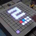 """""""これが未来のデジタルボードゲーム、CUBO""""サーボモータ100個とフルカラーLEDを100個使った…"""