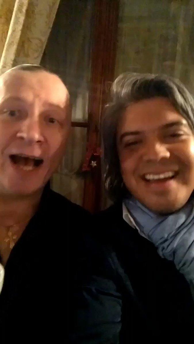 Hermano @juanes como te quieren y recuerdan en #Praga! Aquí con un amigo de #Ucrania cantando #lacamisanegra! Eres un: #orgullocolombiano!!!! Vrian