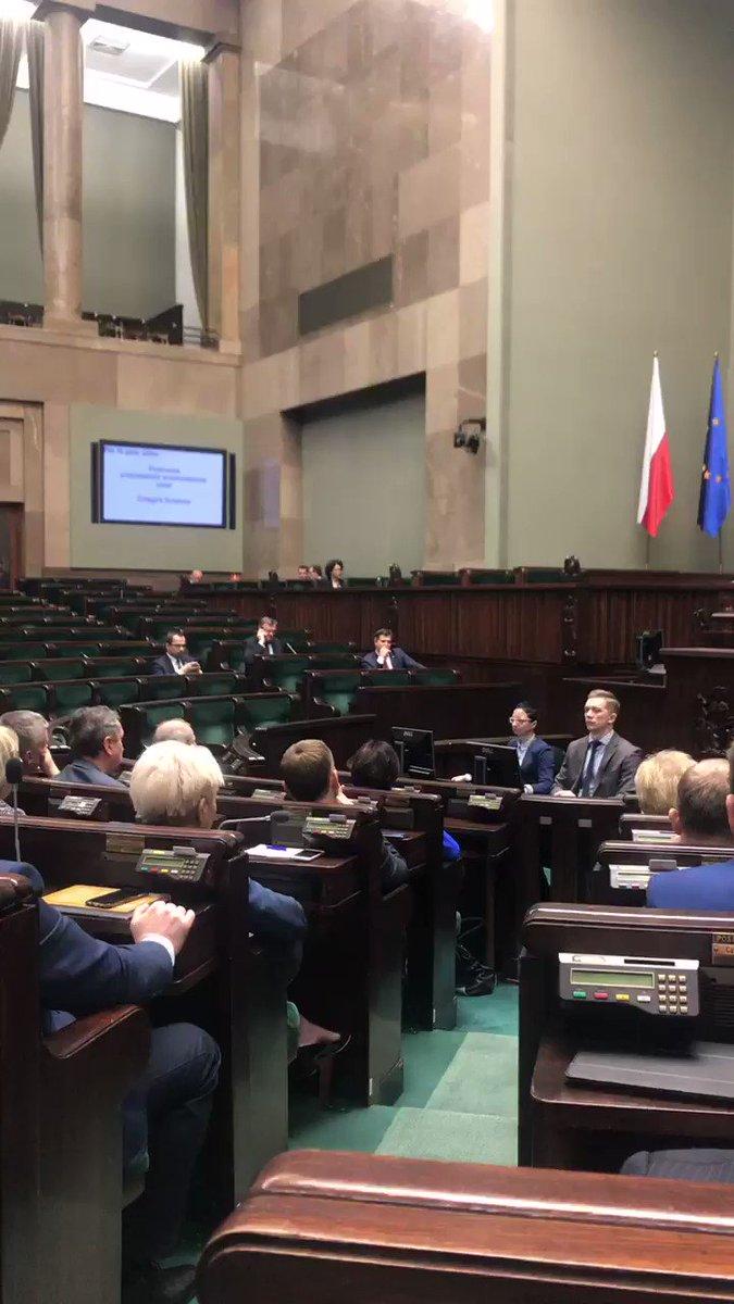 RT @joannamucha: #WotumNieufności Na sali plenarnej trzech posłów PiSu. https://t.co/4C8zaTEIoq