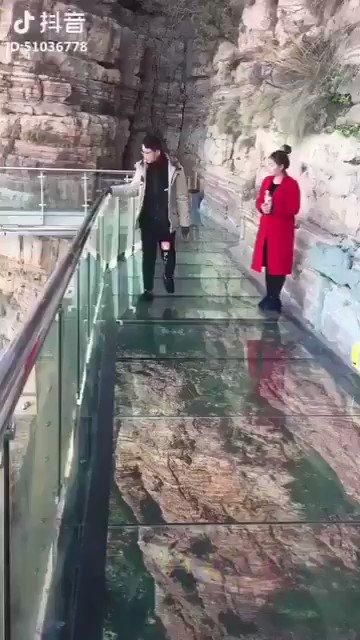 مقلب قوي على هذا الجسر الزجاجي.. https:/...