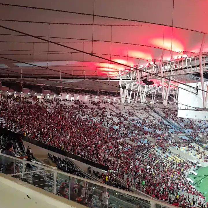 Nação aquecendo a garganta no Maracanã!...