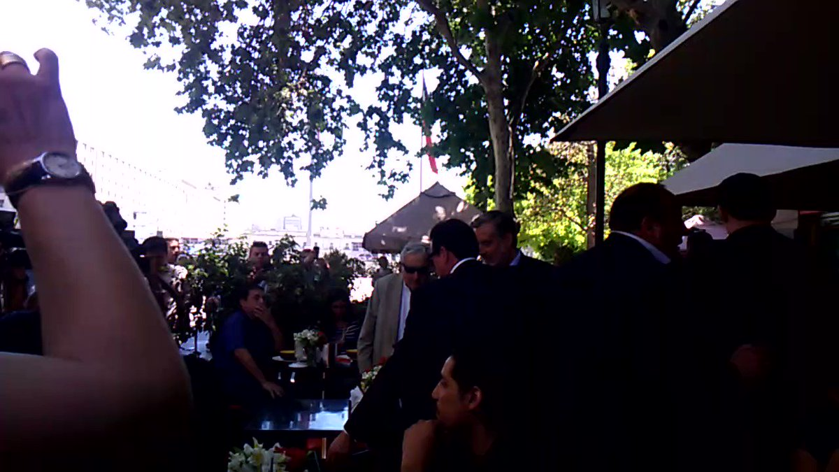 RT @Aguillonismo: Guillier junto a Pepe Mujica en un café frente a La Moneda @Cooperativa https://t.co/gTblWJAxAP