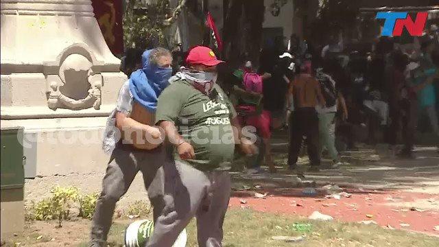 [AHORA] Un manifestante le dispara a la policía con una bomba atada a un palo https://t.co/hEiGbY9rvs https://t.co/KMWjK1bNXm