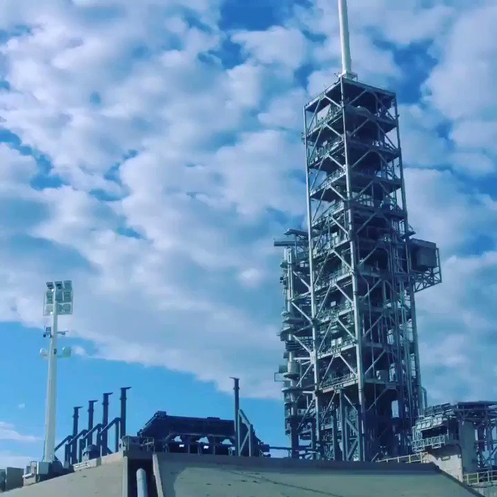 Falcon Heavy goes vertical https://t.co/...