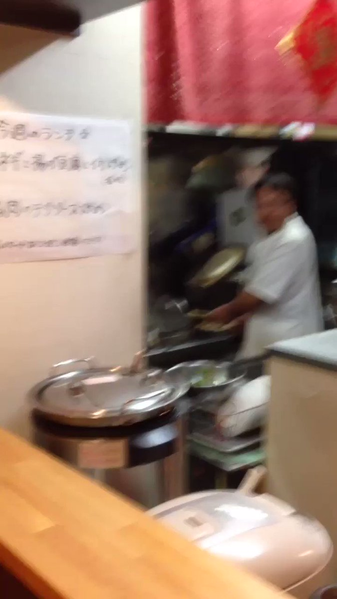 錦糸町のラーメン屋『唐家』には刀削麺ロボがいる  刀削麺ロボは、中国の職人たちが刀削麺を作らされすぎて腱鞘炎が相次いだくらいハードなのに、他の調理人と給料が同じなことにブチ切れて誰も作業をやりたがらなくなった状況を救うために開発された。それがパフォーマンスでもウケて中国で流行った