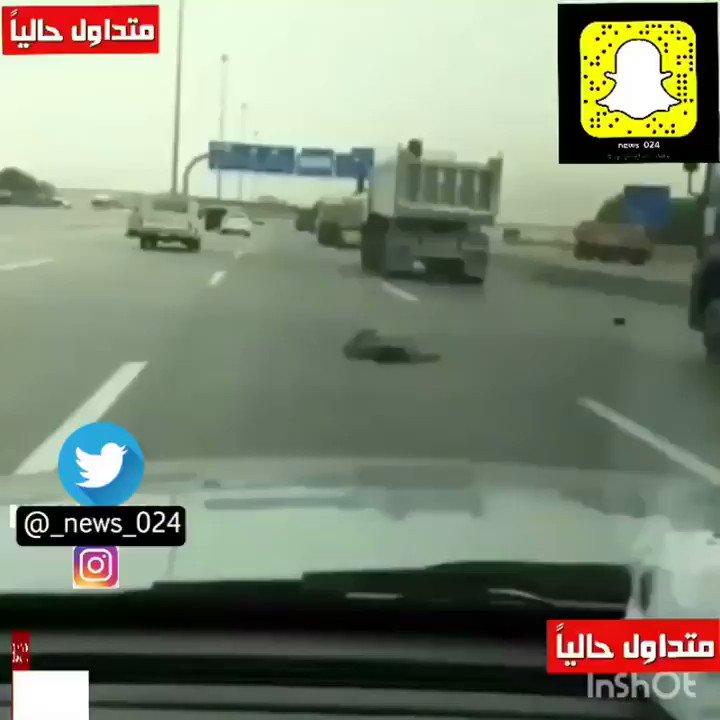 • ##السعودية | رجل يستلقي على الطريق الس...