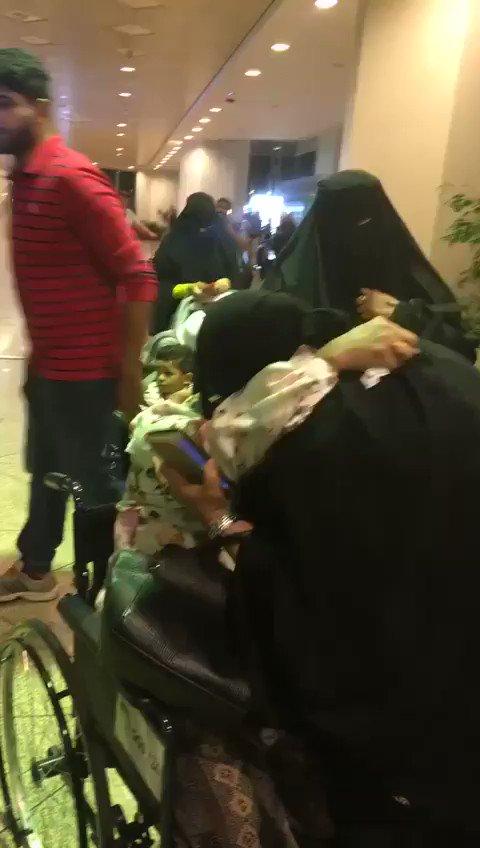 عائلة سعودية تودع عاملتهم المنزلية بالحب...