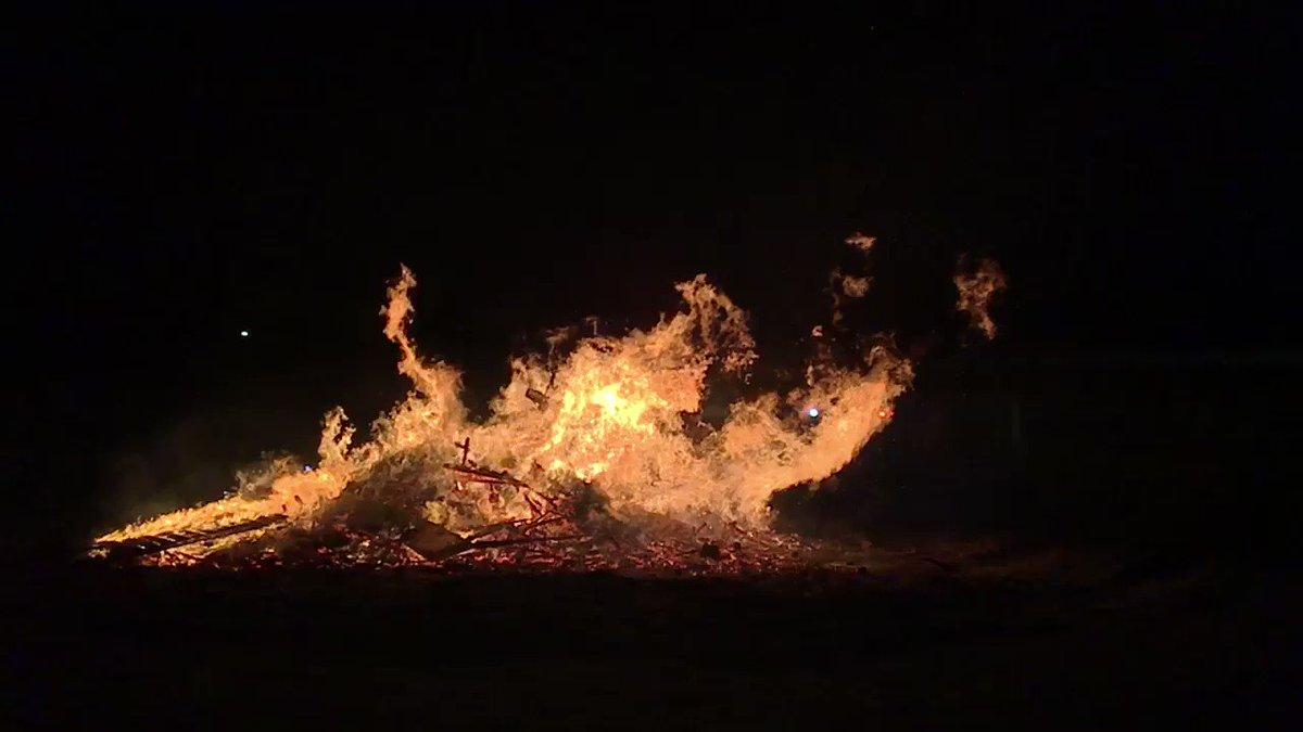 Het is #warm #gezellig en #druk bij de #kerstboomverbranding in #Hellevoetsluis! 760°C