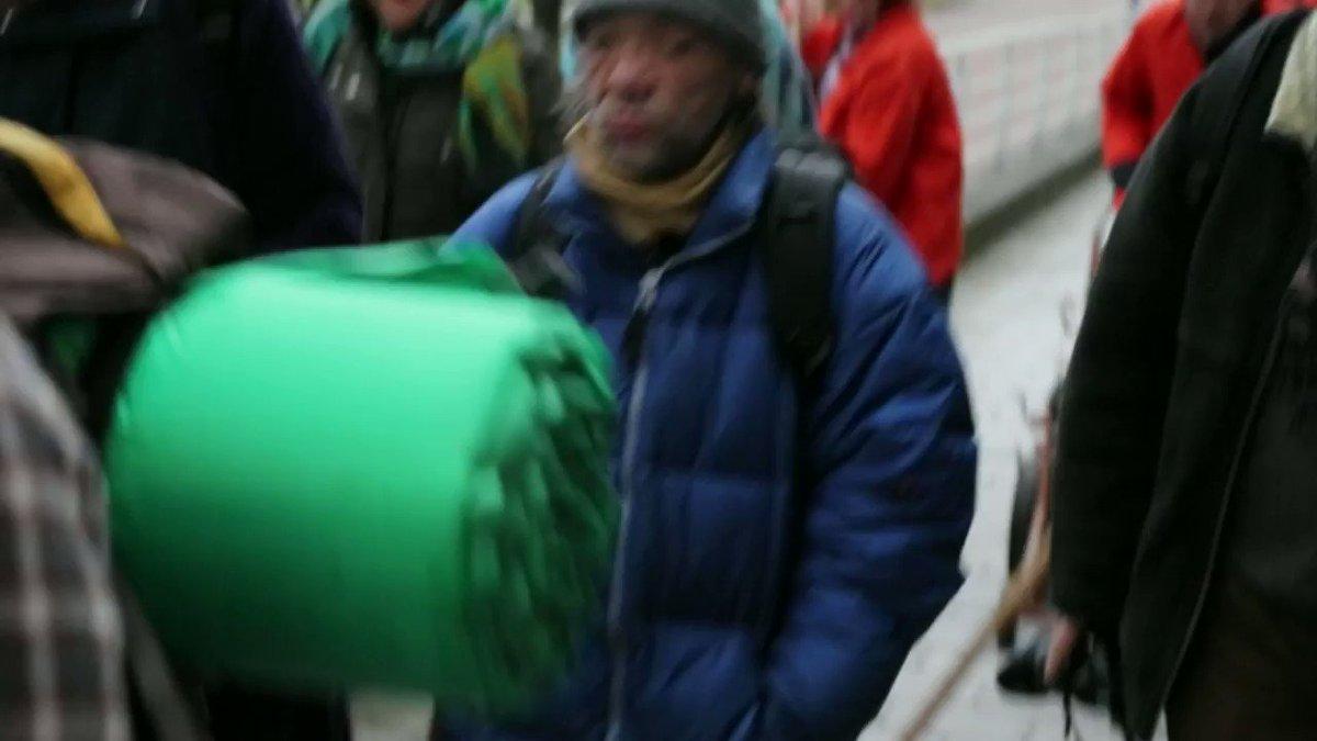 """""""Ins Hamburger #Winternotprogramm der gehe ich nicht. Dort wird man morgens wieder auf die #Straße in die #Kälte verbannt"""", sagt Hinz&Kunzt-Verkäufer Michael (51). """"Deswegen fordere ich, dass die #Unterkünfte für #Obdachlose auch tagsüber geöffnet werden."""" https://t.co/AnpqXrDnbz"""