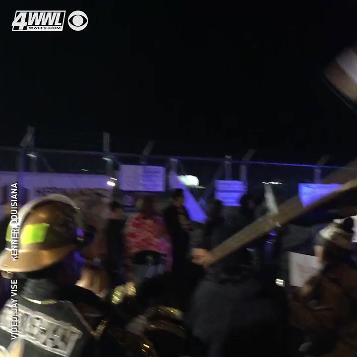 These dedicated @Saints fans stayed up late and braved the cold to welcome their team home.#GoSaints #BlessYouBoysMORE: http://www.wwltv.com/sports/nfl/saints/saints-fans-brave-the-cold-to-welcome-their-team-home/508106004 …