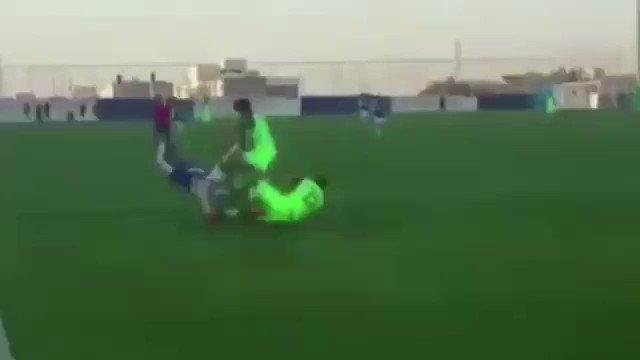 RT @fs20142: ضرب لاعب شباب الاهلي لـ لاعب شباب #الهلال متعمداً https://t.co/tuAFkxocTD