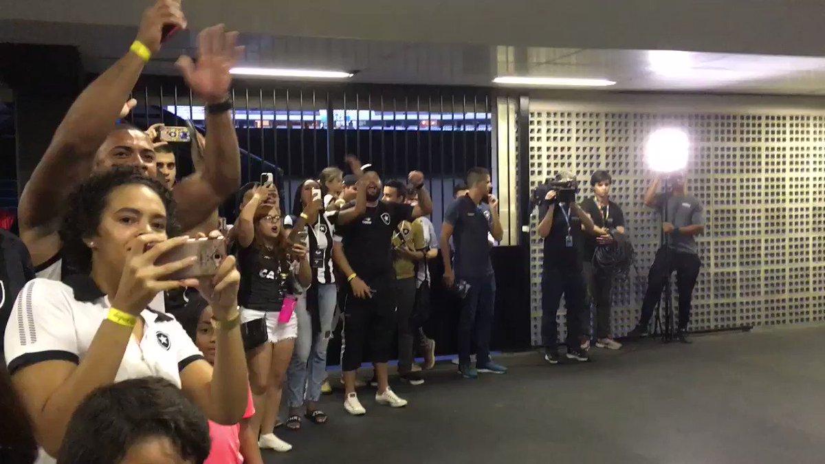 RT @soubotafogobfr: Sócios recebem os jogadores no @EstNiltonSantos 😍👏 #SouBotafogo #SejaSócio #MatchDay https://t.co/tqmgWTUYpG