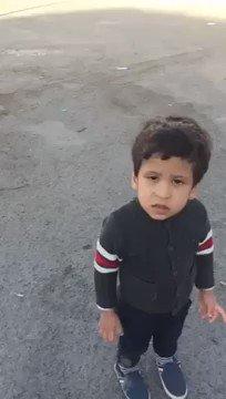 مواطن يبث مقطع فيديو لطفل صغير 'تائه' تا...