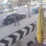 監視カメラが捉えた喧嘩。。そこに「ピザ」でねじ伏せる救世主現るww pic.twitter.com/…