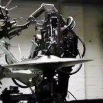 素体剥き出しのロボットにラモーンズを演奏させる映像、野生を感じる。 pic.twitter.com/…