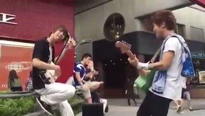 三味線のイケメンがソロで弾いてたらギターの人が寄ってきてバイオリンの人まで寄って...