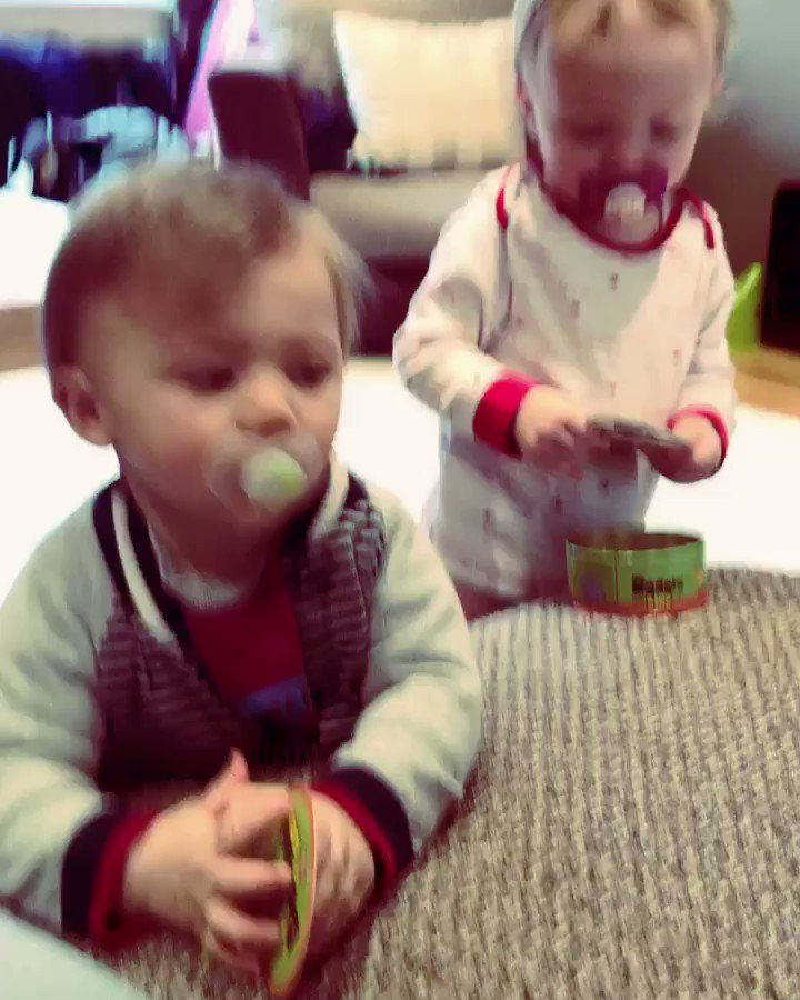 Harry playing with his cousin 👶🏼💜 https://t.co/JCzngX0RzZ