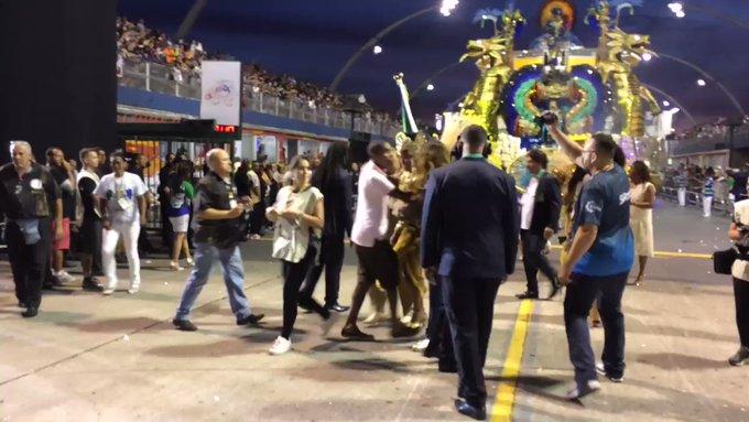 Porta-bandeira da Vila Maria perde saia e fica de shorts no sambódromo: 'Segui em frente'