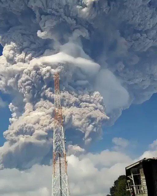 シナブン山が過去最大級「ど迫力」爆発 異様な噴煙が噴き上がる=インドネシア