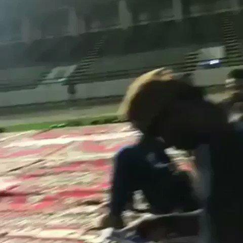 لاعبي الفريق قرروا اعطاء هديه لاحمد العك...