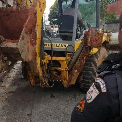Nessa manhã (24/2), Policiais Militares do #18BPM apoiaram a retirada de barricadas na #RuaBelfast, Cidade de Deus.  #PMERJ  #ValorizeQuemTeProteje