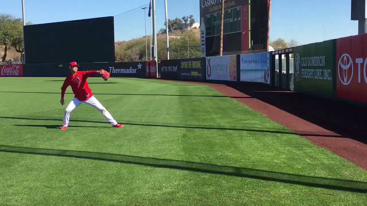 Shohei Ohtani loosens up more than 2 hours before his Cactus League debut for the #Angels. https://t.co/4fPu7cAWxn