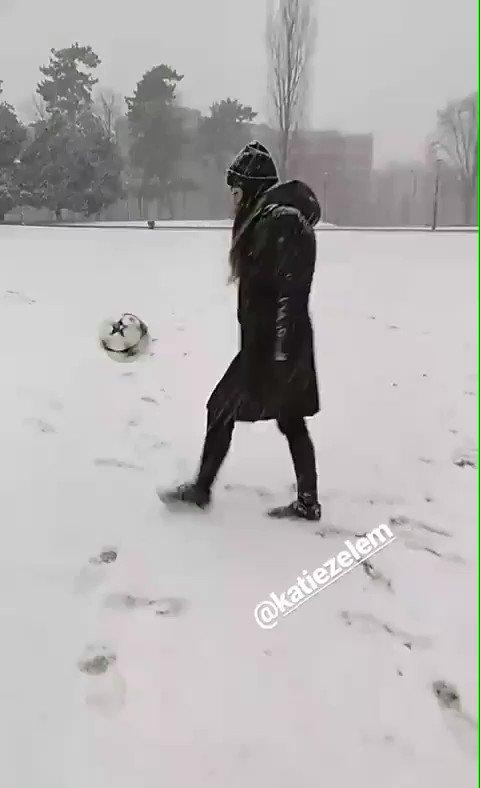 We applaud your dedication, girls 😂❄️  (📹 @Roodie_roo ) #JuventusWomen