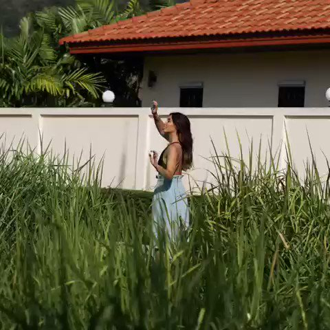 🙌 Nouvel article sur le blog 🌴On y parle de notre voyage en Thaïlande 🙂 👉 Et vous ? Quel serait le pays que vous aimeriez découvrir ? ➰ Maillot et jupe @ASOS_Fr  ✖️Photo prise dans le champ bordant la villa @abritel disponible ici : https://t.co/ItjPzH79X7 https://t.co/ONXPEAVLy1