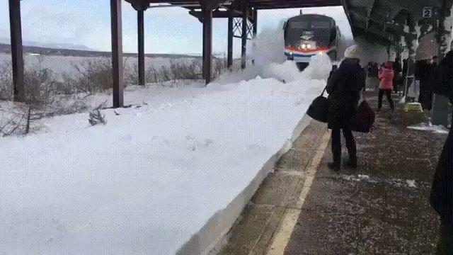 うゎ~~~~~!黄色の線の内側まで迫った雪、電車が通ると!