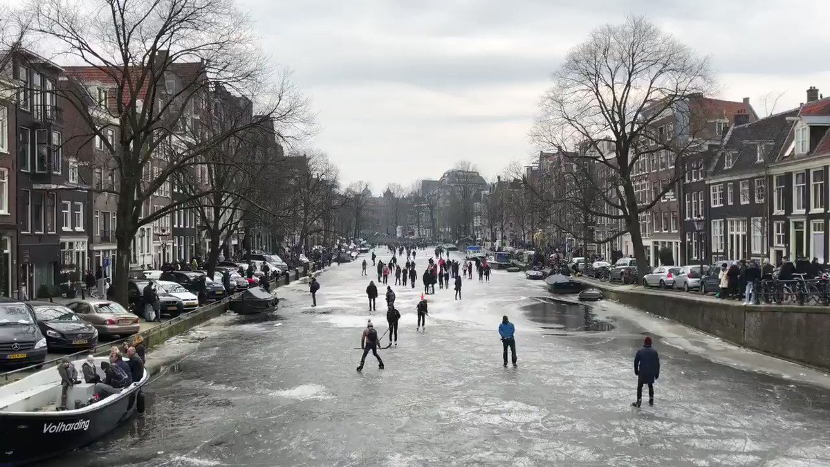 Locals playing ice hockey on the frozen Prinsengracht canal in #Amsterdam https://t.co/Io4EAVyuzX