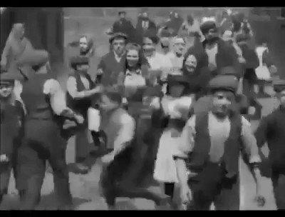 هذا المقطع من 120 سنة في لندن.. وفي الفجر الأول للتصوير الفيديو حيث ترى استغراب الناس من التصوير... الدرس: هو هذه النافذة الصادقة على التاريخ الاجتماعي الأوربي في حشمة النساء.