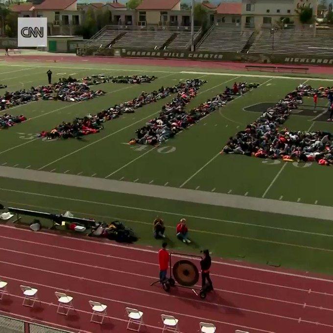 Учні та студенти у США протестують проти права на зброю - DItlwN4lab6qL8RH?format=jpg&name=small